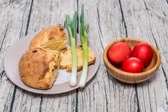 Κόκκινα αυγά Πάσχας σε ένα κύπελλο με το κρεμμύδι άνοιξη Στοκ φωτογραφίες με δικαίωμα ελεύθερης χρήσης