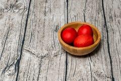 Κόκκινα αυγά Πάσχας σε ένα κύπελλο Στοκ Εικόνες