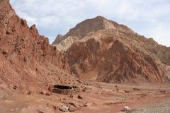 Κόκκινα βουνά κατά μήκος της εθνικής οδού Karakorum Στοκ Φωτογραφία