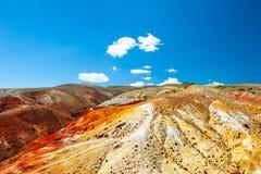 Κόκκινα βουνά στην κοιλάδα kyzyl-πηγουνιών σε Altai, Σιβηρία, Ρωσία στοκ εικόνες