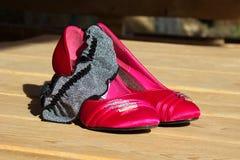 Κόκκινα γαμήλια παπούτσια και suspender Στοκ φωτογραφία με δικαίωμα ελεύθερης χρήσης