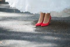 Κόκκινα γαμήλια παπούτσια στοκ εικόνες