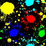 Κόκκινα γαλαζοπράσινα κίτρινα σημεία σε μια μαύρη άνευ ραφής σύσταση γκράφιτι υποβάθρου Στοκ Φωτογραφία
