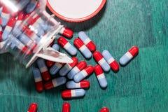 Κόκκινα γκρίζα μπλε χάπια Στοκ φωτογραφία με δικαίωμα ελεύθερης χρήσης