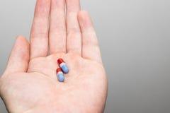 Κόκκινα γκρίζα μπλε χάπια Στοκ Εικόνες