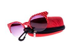 Κόκκινα γυαλιά ηλίου με την περίπτωση στοκ φωτογραφίες