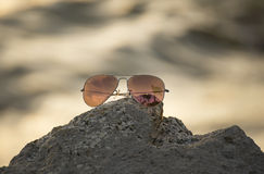 Κόκκινα γυαλιά ηλίου στο βράχο, γυαλιά ηλίου εστίασης Στοκ φωτογραφία με δικαίωμα ελεύθερης χρήσης