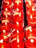 Κόκκινα εγκαύματα κεριών στο γυαλί στοκ εικόνες