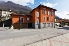 Κόκκινα εξωτερικά σπιτιών στο δρόμο στοκ φωτογραφία