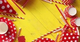 Κόκκινα εορταστικά εξαρτήματα στον κύκλο φιλμ μικρού μήκους