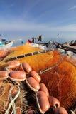 Κόκκινα εργαλεία διχτυών ψαρέματος και ψαράδων Στοκ εικόνες με δικαίωμα ελεύθερης χρήσης