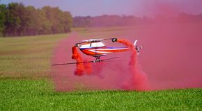 Κόκκινα ελικόπτερα καπνού & RC Στοκ Εικόνες