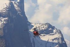Κόκκινα ελικόπτερο και βουνό του Ιμαλαίαυ Annapurna, Νεπάλ Στοκ Φωτογραφίες