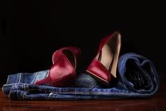 Κόκκινα θηλυκά παπούτσια και τζιν Στοκ Φωτογραφία