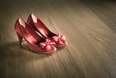 Κόκκινα θηλυκά παπούτσια Στοκ εικόνα με δικαίωμα ελεύθερης χρήσης