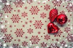 Κόκκινα διακοσμήσεις Χριστουγέννων και χριστουγεννιάτικο δέντρο στο υπόβαθρο καμβά με Στοκ Εικόνες