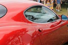 Κόκκινα ιταλικά λαβή και παράθυρο πορτών αθλητικών αυτοκινήτων στοκ εικόνες