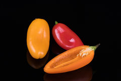 Κόκκινα, κίτρινα και πορτοκαλιά γλυκά πιπέρια που απομονώνονται στο Μαύρο Στοκ Εικόνα