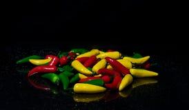Κόκκινα κίτρινα και πράσινα πιπέρια τσίλι Στοκ εικόνες με δικαίωμα ελεύθερης χρήσης