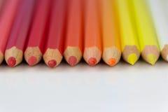 Κόκκινα, κίτρινα, πορτοκαλιά μολύβια χρώματος Στοκ Φωτογραφίες