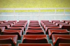 Κόκκινα καθίσματα ποδοσφαίρου Στοκ Εικόνα