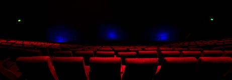 Κόκκινα καθίσματα σε ένα θέατρο Στοκ Εικόνες