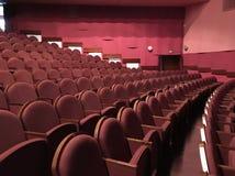 Κόκκινα καθίσματα στην αίθουσα Στοκ εικόνες με δικαίωμα ελεύθερης χρήσης