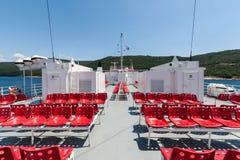 Κόκκινα καθίσματα στη γέφυρα ενός πορθμείου Στοκ φωτογραφία με δικαίωμα ελεύθερης χρήσης