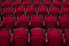 Κόκκινα καθίσματα στον κινηματογράφο Στοκ εικόνα με δικαίωμα ελεύθερης χρήσης