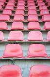 Κόκκινα καθίσματα στο αθλητικό στάδιο ποδοσφαίρου Στοκ φωτογραφίες με δικαίωμα ελεύθερης χρήσης