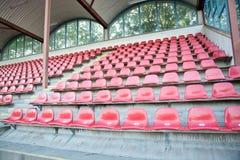 Κόκκινα καθίσματα στο αθλητικό στάδιο ποδοσφαίρου Στοκ Εικόνες