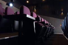 κόκκινα καθίσματα στο κενό σκοτάδι Στοκ Εικόνα