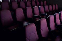 κόκκινα καθίσματα στο κενό σκοτάδι Στοκ εικόνες με δικαίωμα ελεύθερης χρήσης