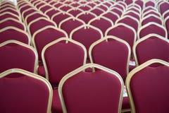 Κόκκινα καθίσματα τρίχας στην κενή αίθουσα συνδιαλέξεων Στοκ εικόνες με δικαίωμα ελεύθερης χρήσης