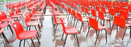 κόκκινα καθίσματα φιλοξ&epsi Στοκ φωτογραφίες με δικαίωμα ελεύθερης χρήσης
