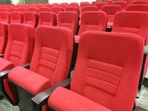 Κόκκινα καθίσματα YelloEmpty σηράγγων Στοκ εικόνα με δικαίωμα ελεύθερης χρήσης