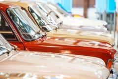 Κόκκινα και άσπρα αυτοκίνητα Στοκ φωτογραφία με δικαίωμα ελεύθερης χρήσης