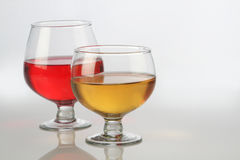Κόκκινα και άσπρα γυαλιά κρασιού με την αντανάκλαση στο λευκό Στοκ εικόνες με δικαίωμα ελεύθερης χρήσης