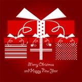 Κόκκινα και άσπρα δώρα Χριστουγέννων με τα σημεία Πόλκα και σχέδιο γραμμών που συσσωρεύεται στο σωρό με τα Χριστούγεννα και τους  στοκ φωτογραφία