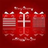 Κόκκινα και άσπρα δώρα Χριστουγέννων με τα σημεία Πόλκα και σχέδιο γραμμών που συσσωρεύεται σύμφωνα με τα Χριστούγεννα και τους ν στοκ φωτογραφία με δικαίωμα ελεύθερης χρήσης