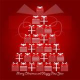 Κόκκινα και άσπρα δώρα Χριστουγέννων που διαμορφώνουν το χριστουγεννιάτικο δέντρο με τη Χαρούμενα Χριστούγεννα και τους χαιρετισμ στοκ φωτογραφία
