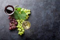 Κόκκινα και άσπρα κρασί και σταφύλι στοκ φωτογραφία με δικαίωμα ελεύθερης χρήσης
