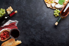 Κόκκινα και άσπρα κρασί, σταφύλι, τυρί και λουκάνικα Στοκ φωτογραφία με δικαίωμα ελεύθερης χρήσης
