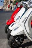 Κόκκινα και άσπρα μηχανικά δίκυκλα Στοκ εικόνα με δικαίωμα ελεύθερης χρήσης