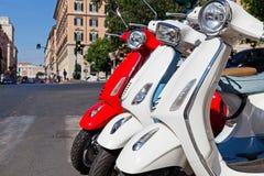 Κόκκινα και άσπρα μηχανικά δίκυκλα στοκ φωτογραφία