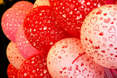 Κόκκινα και άσπρα ballons με την τυπωμένη ύλη καρδιών Στοκ Εικόνες