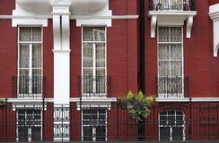 Κόκκινα και άσπρα Townhouse διαμερίσματα στοκ εικόνα με δικαίωμα ελεύθερης χρήσης