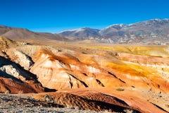 Κόκκινα και κίτρινα βουνά στην κοιλάδα kyzyl-πηγουνιών, Altai, Σιβηρία, Ρωσία στοκ φωτογραφία