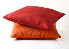 Κόκκινα και κίτρινα μαξιλάρια στο άσπρο υπόβαθρο Στοκ Εικόνες