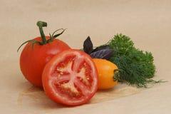 Κόκκινα και κίτρινα ντομάτες και χορτάρια Στοκ εικόνες με δικαίωμα ελεύθερης χρήσης